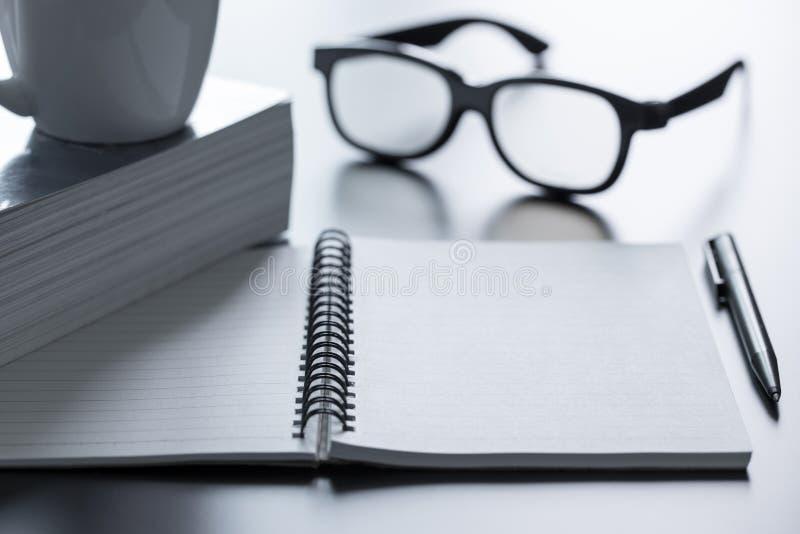 Verres et stylo de bloc-notes photographie stock libre de droits