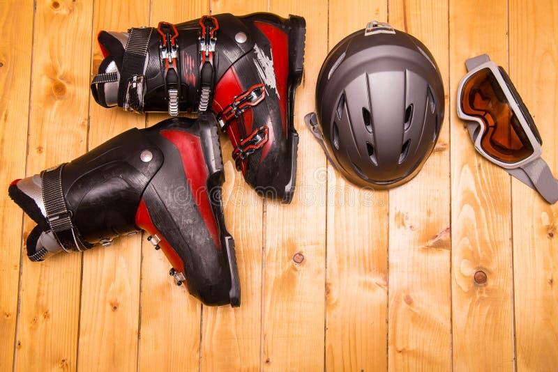 Verres, gants et casque colorés de ski image stock