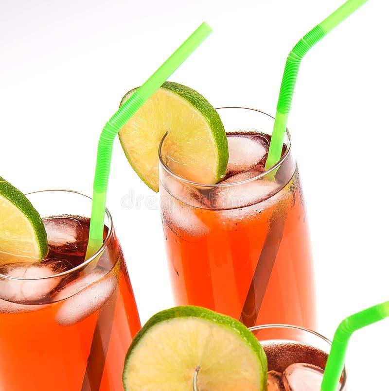 Verres glacés de thé sur le blanc photo stock