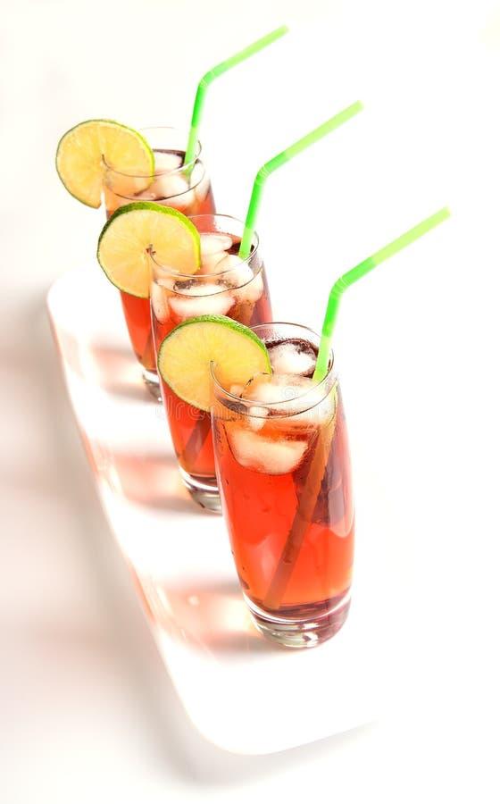 Verres glacés de thé sur le blanc image stock