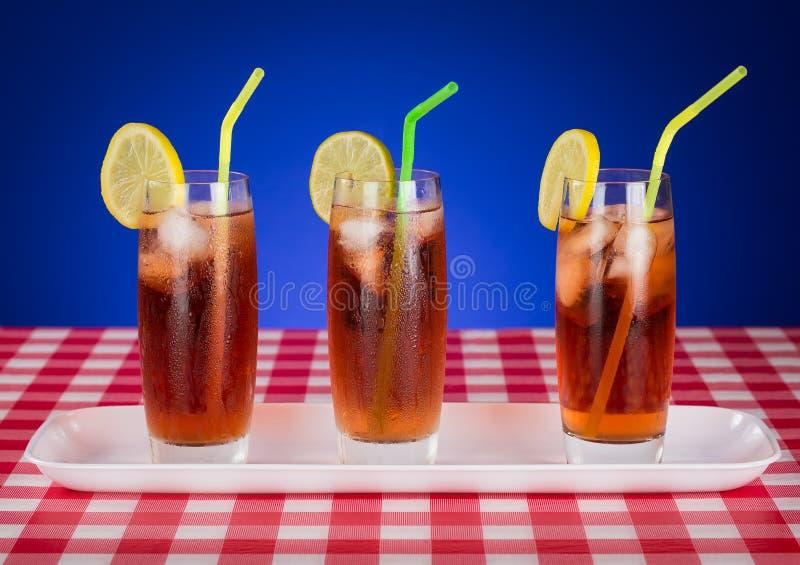 Verres glacés de thé sur le Tableau à carreaux photo stock