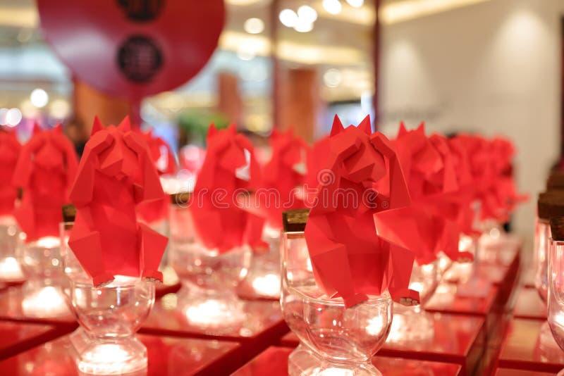 Verres pour approvisionner avec l'origami rouge photos libres de droits