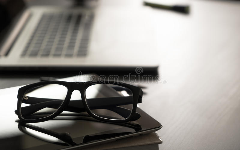 Verres sur la table de bureau image stock