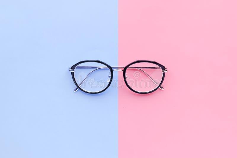 Verres sur le fond de pastel de deux couleurs Concept de vacances photographie stock libre de droits