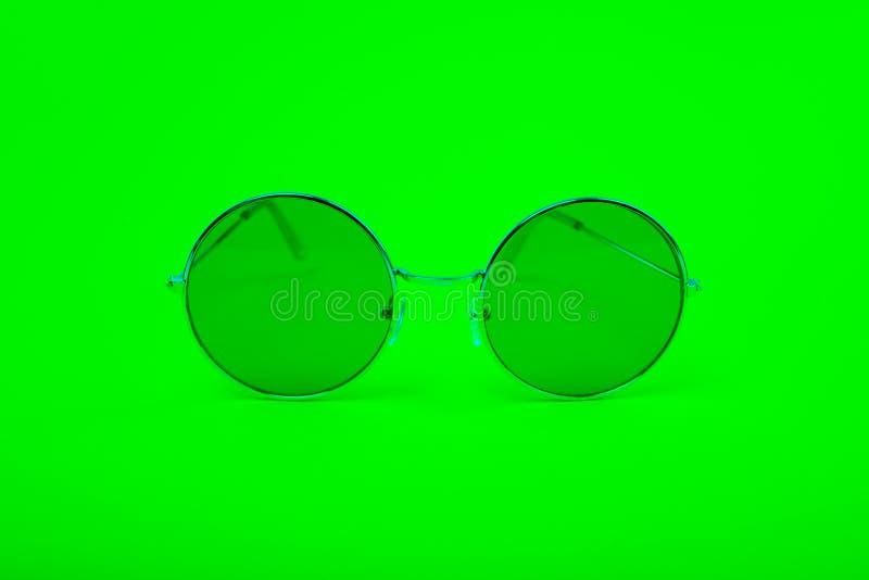 Verres vert clair sur un fond vert photos stock