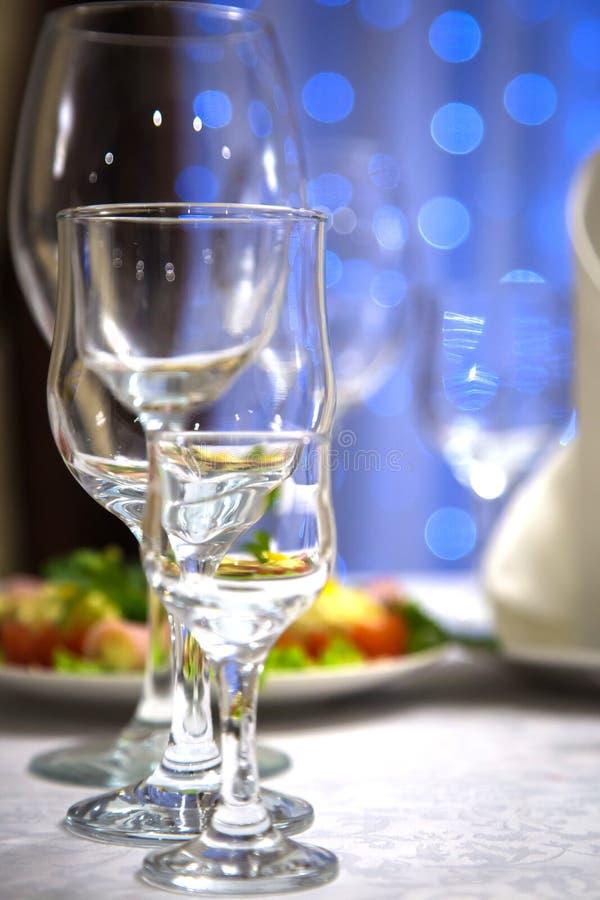 Verres vides de vin et de l'eau sur la table de vacances photos libres de droits