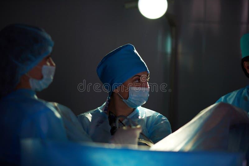 Verrichting lopend bij het ziekenhuis stock afbeelding