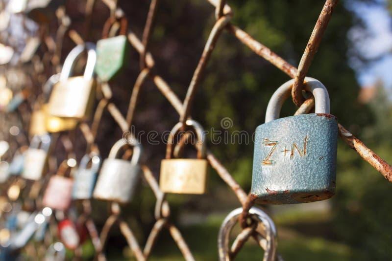 Verriegelung der Liebe Wunsch der ewigen Liebe, verschlossener Verschluss auf der Brücke Symbol der gegenseitigen Liebe stockfoto