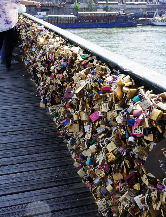 Verriegelungen der Liebe Viele Verschlüsse auf der Brücke stockbild