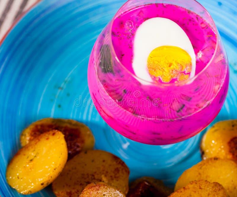 Verrin с холодной сервировкой супа свеклы на плите с печеными картофелями стоковая фотография rf