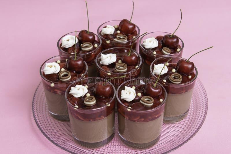 Verrines con la cereza de la jalea, el mousse de chocolate y el chocolate del dúo fotografía de archivo libre de regalías