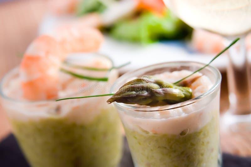 Verrines dos espargos e do camarão foto de stock royalty free