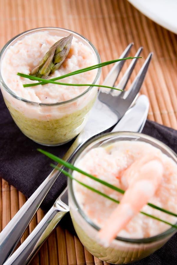 Verrines dos espargos e do camarão fotos de stock royalty free