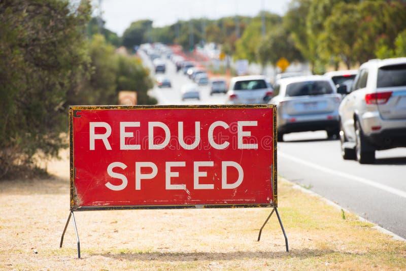 Verringern Sie das GeschwindigkeitsVerkehrszeichenwarnen im Freien lizenzfreies stockbild
