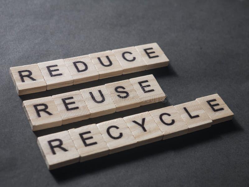 Verringern Sie Wiederverwendung aufbereiten, Motivwort-Zitat-Konzept lizenzfreie stockbilder