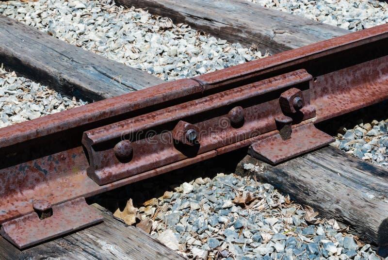 Verrostete Eisenbahnschwellen verbunden mit Bolzen lizenzfreie stockbilder