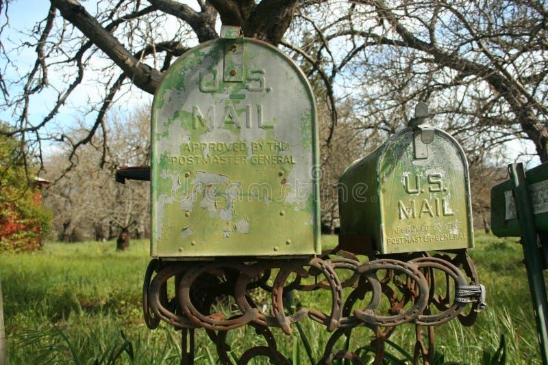 Verrostete grüne Postkästen lizenzfreies stockbild