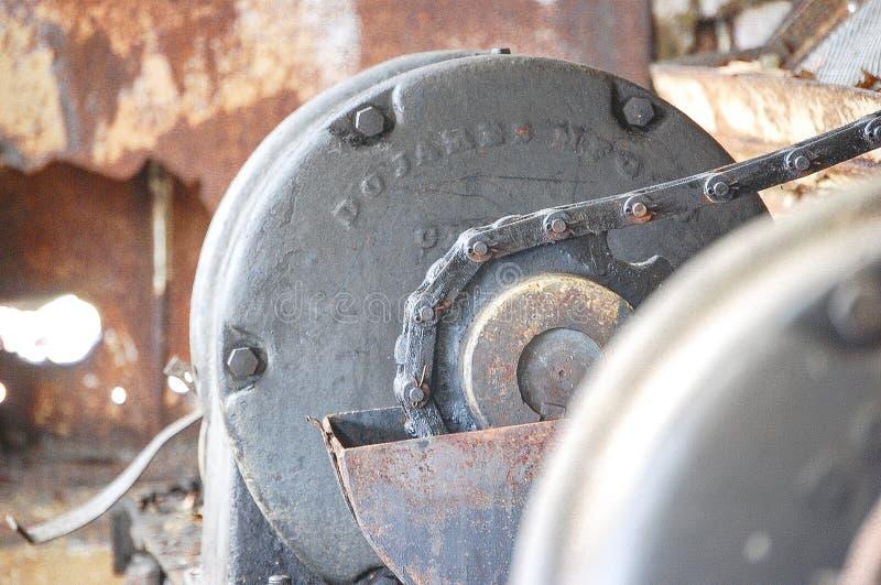 Verrostete Maschinerie in verlassenem Gebäude stockbild