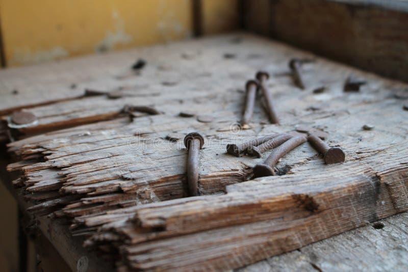 Verrostete Nägel auf Holz lizenzfreie stockfotos