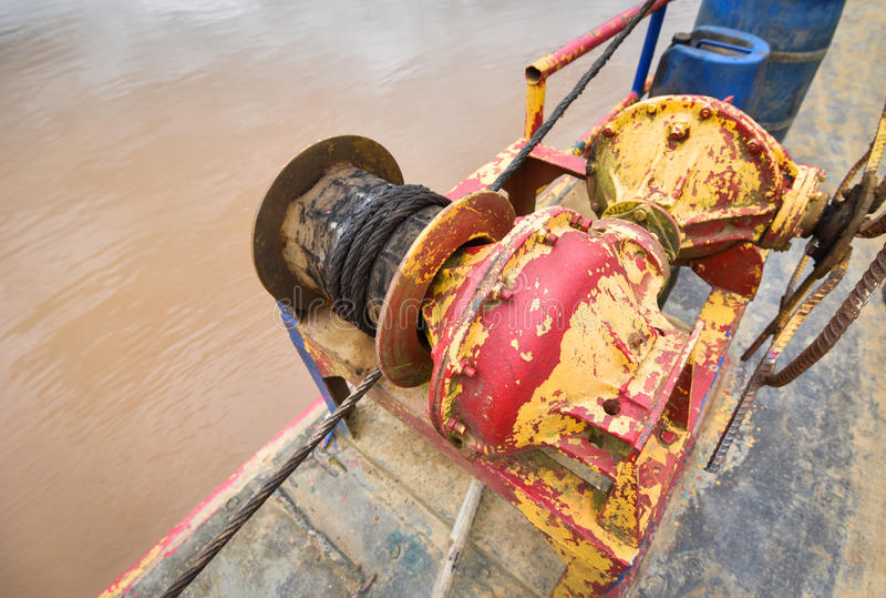 Verrostete Stahldrahtseil Bootsausrüstung stockfotos
