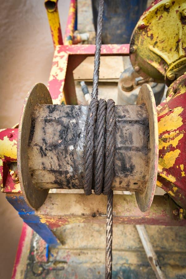 Verrostete Stahldrahtseil Bootsausrüstung lizenzfreies stockbild