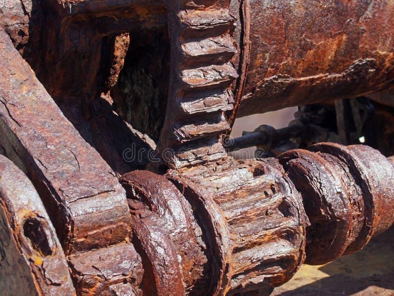 Verrostete Zähne und Gänge auf einer alten defekten industriellen Maschine lizenzfreie stockbilder