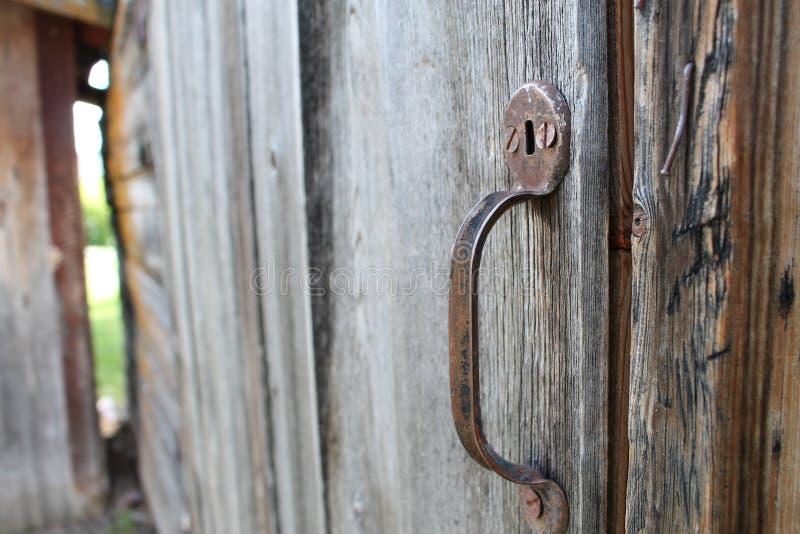 Verrosteter Griff auf Holztür stockfoto