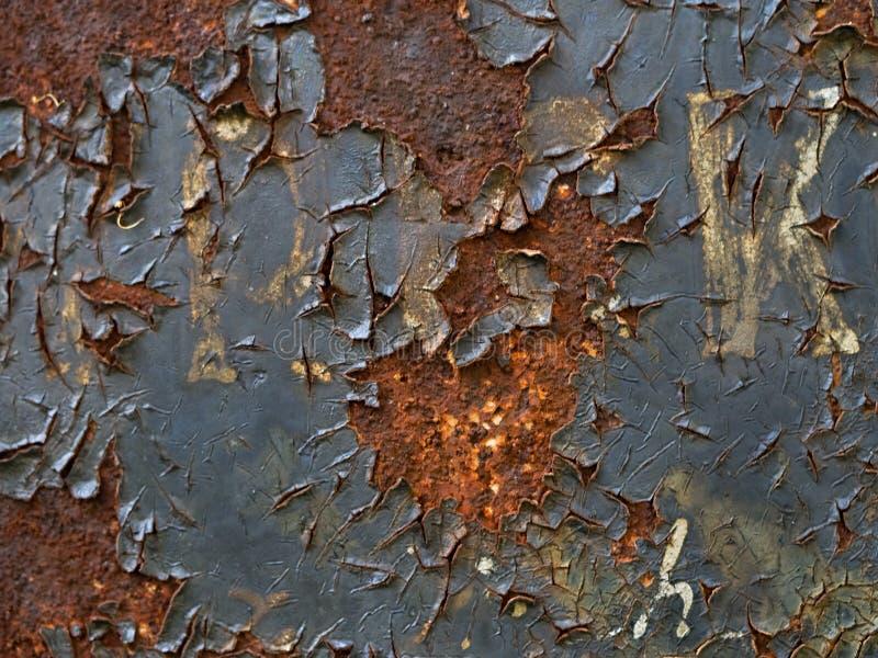 Verrostetes Metallschild mit der Schale der Farbe und der unleserlichen Aufschrift, Nahaufnahme stockfotografie