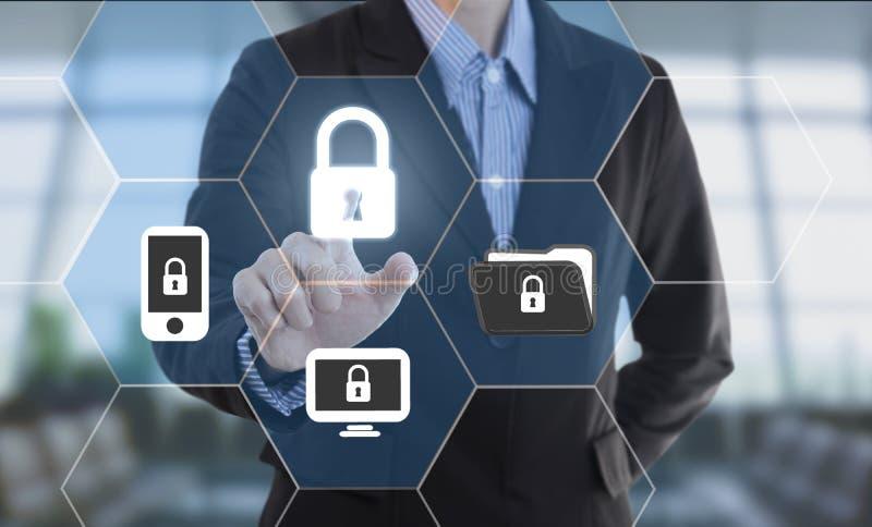 Verrou de données de degré de sécurité de bouton de pressing de main d'homme d'affaires images stock