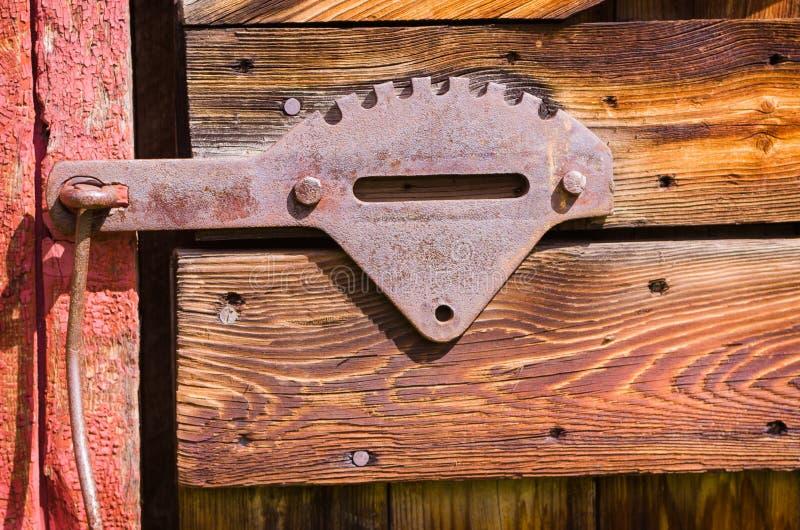 Verrou de porte en acier de vieille grange rouge photos stock