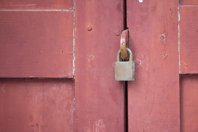 Verrouillez sur la vieille trappe en bois image stock