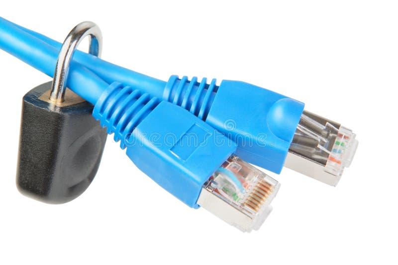 Verrouillez sur un câble de réseau. photos libres de droits