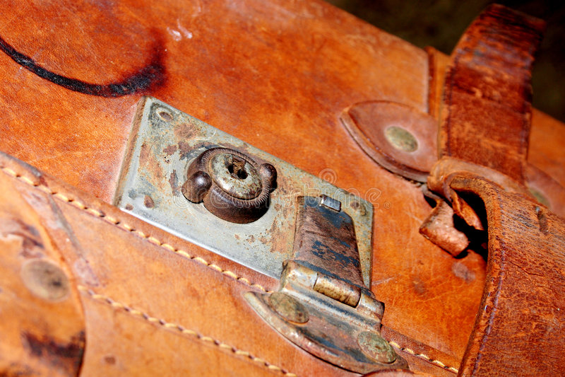 Verrouillez sur une vieille valise en cuir photographie stock libre de droits
