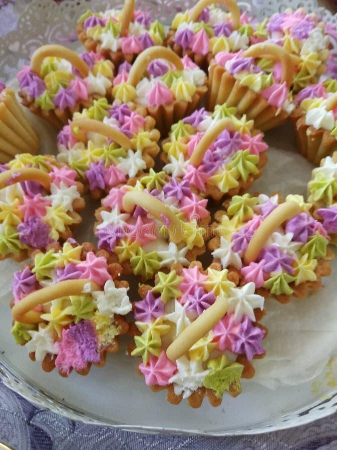 Verrukkelijk en mooi snoepgoed in kleine mandjes royalty-vrije stock foto's