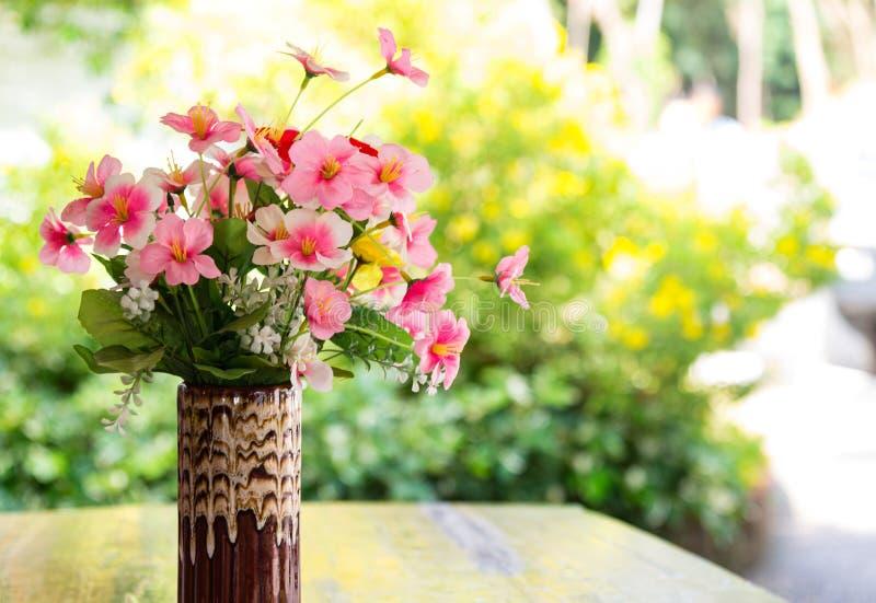 Verrukkelijke klassieke waterkruik in de stijl van de Provence met zijdeachtig p stock foto's