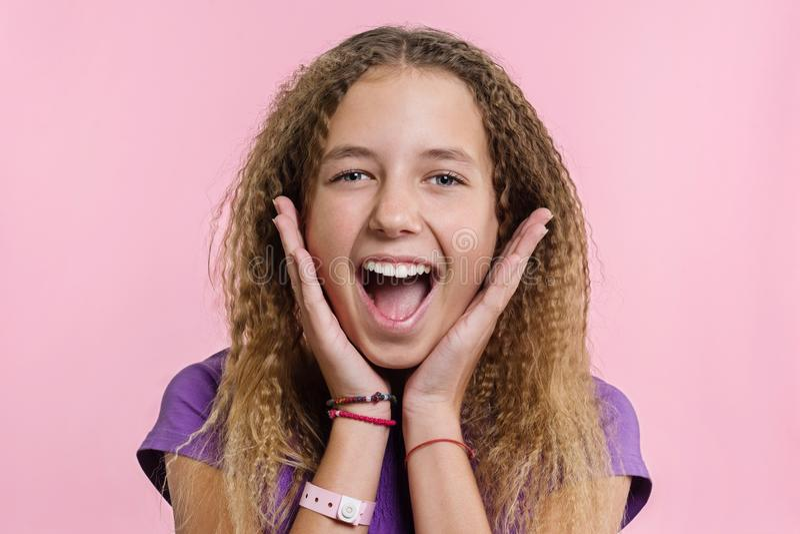 Verrukking, geluk, vreugde, overwinning, succes en geluk Tienermeisje op een roze achtergrond royalty-vrije stock foto