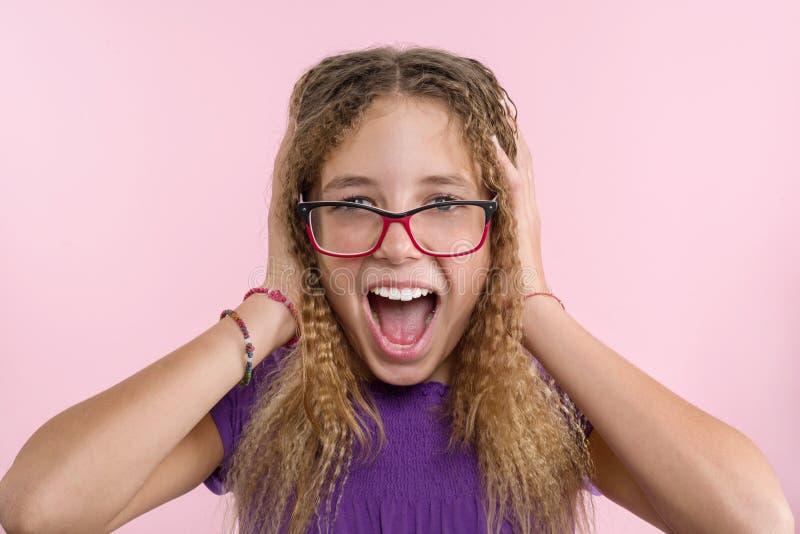 Verrukking, geluk, vreugde, overwinning, succes en geluk Tienermeisje op een roze achtergrond royalty-vrije stock fotografie