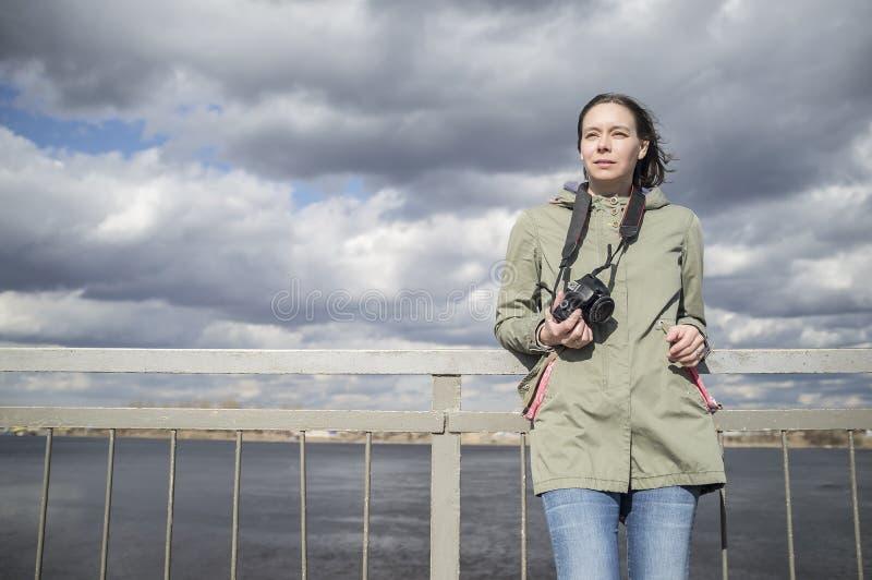 Verrukte de fotograaftribunes van de vrouwentoerist met een camera royalty-vrije stock afbeeldingen