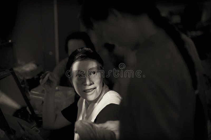 Versão escura do sepia de dois cantores novos da ópera de Teochew do chinês que discutem o roteiro no de bastidores imagens de stock