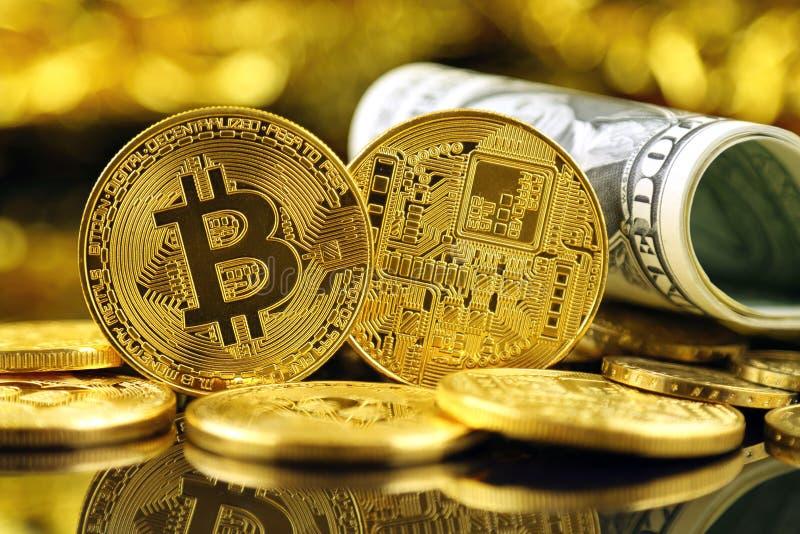 Versão física do dinheiro de Bitcoin e de cédulas virtuais novos de um dólar fotos de stock