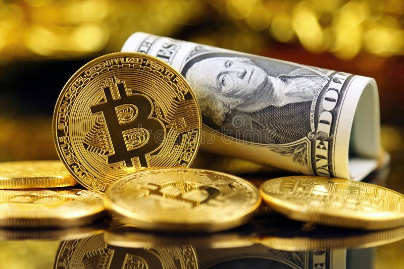 Versão física do dinheiro de Bitcoin e de cédulas virtuais novos de um dólar foto de stock royalty free