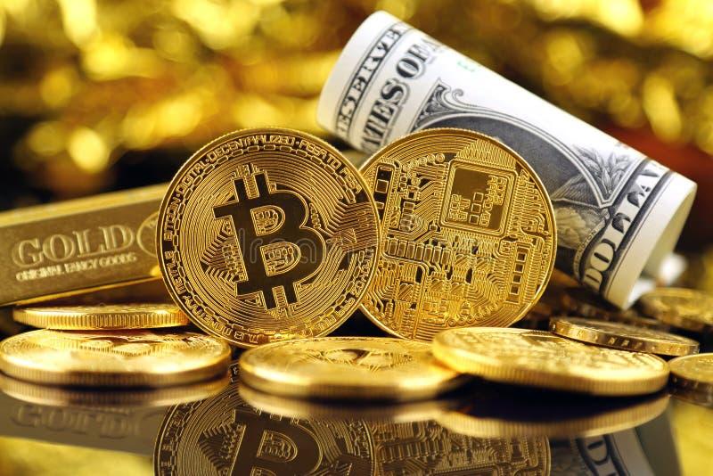 Versão física do dinheiro de Bitcoin e de cédulas virtuais novos de um dólar imagens de stock