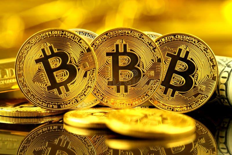 Versão física do dinheiro de Bitcoin e de cédulas virtuais novos de um dólar imagens de stock royalty free