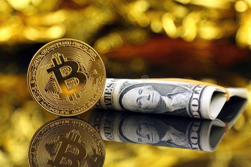 Versão física do dinheiro de Bitcoin e de cédulas virtuais novos de um dólar foto de stock
