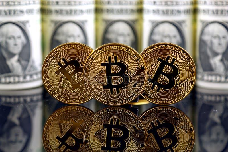 Versão física do dinheiro de Bitcoin e de cédulas virtuais novos de um dólar imagem de stock