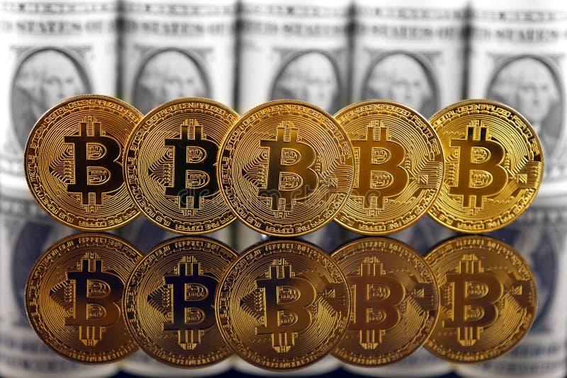 Versão física do dinheiro de Bitcoin e de cédulas virtuais novos de um dólar fotografia de stock