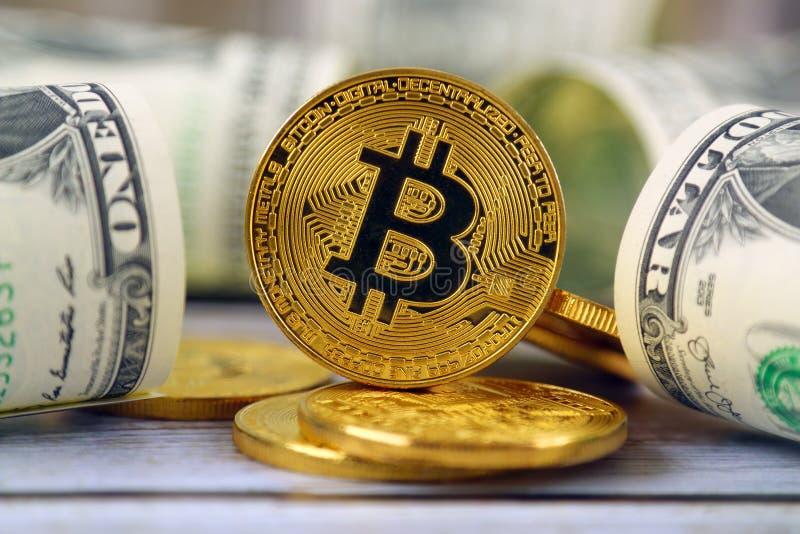 Versão física do dinheiro de Bitcoin e de cédulas virtuais novos de um dólar imagem de stock royalty free