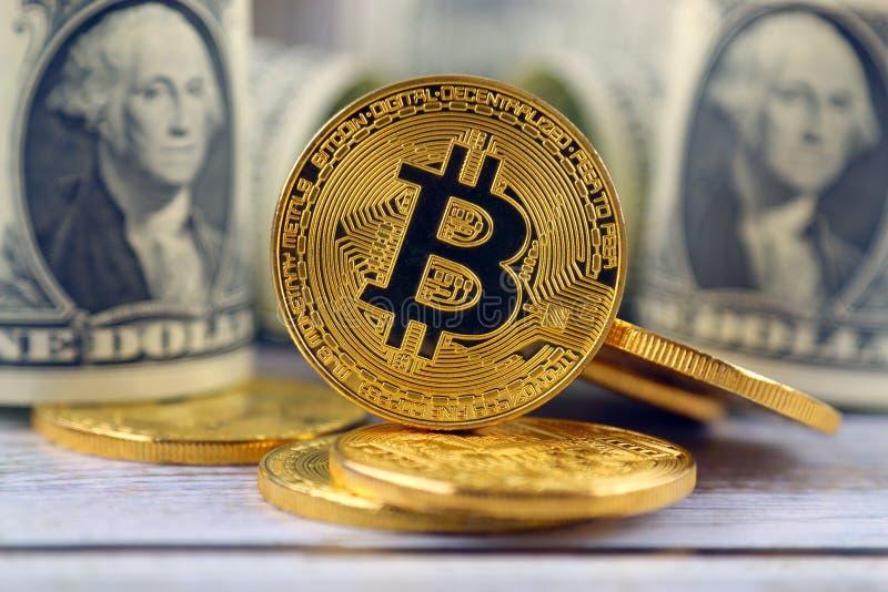 Versão física do dinheiro de Bitcoin e de cédulas virtuais novos de um dólar fotos de stock royalty free