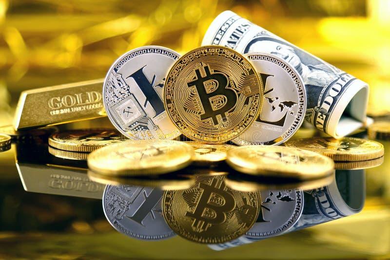 Versão física do dinheiro de Bitcoin e de Litecoin e de cédulas virtuais novos de um dólar foto de stock royalty free