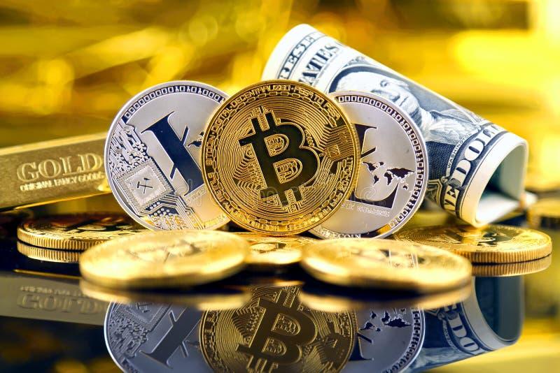 Versão física do dinheiro de Bitcoin e de Litecoin e de cédulas virtuais novos de um dólar fotos de stock royalty free